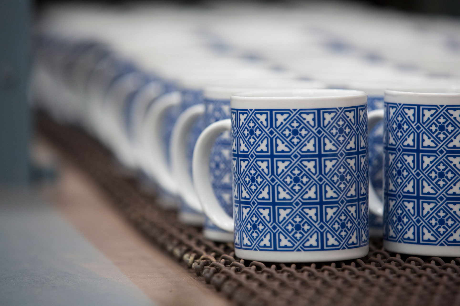 Personalized porcelain mugs firing in a continuous furnace