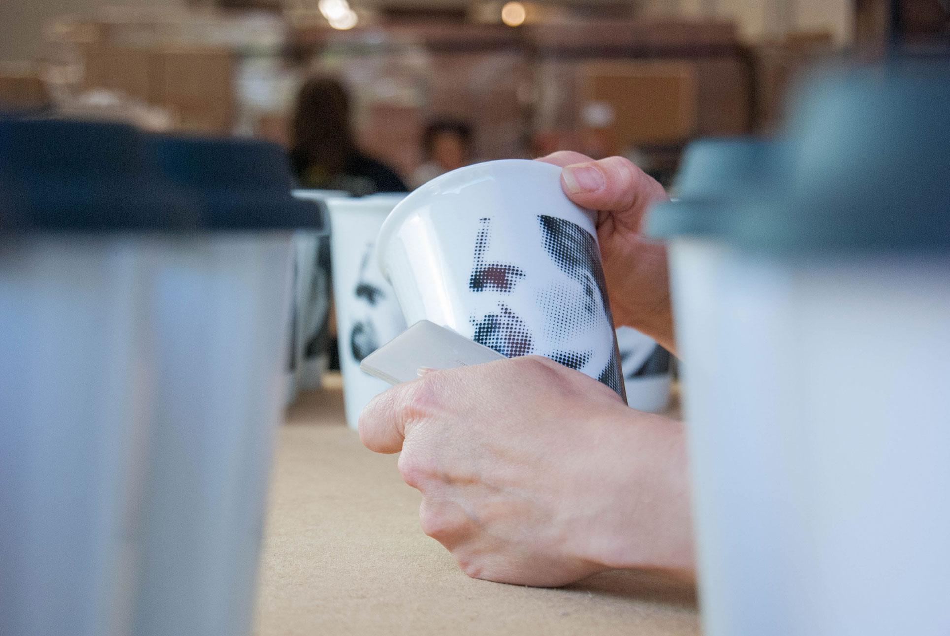 Decoration de mug avec decalcomanie vitrifiable