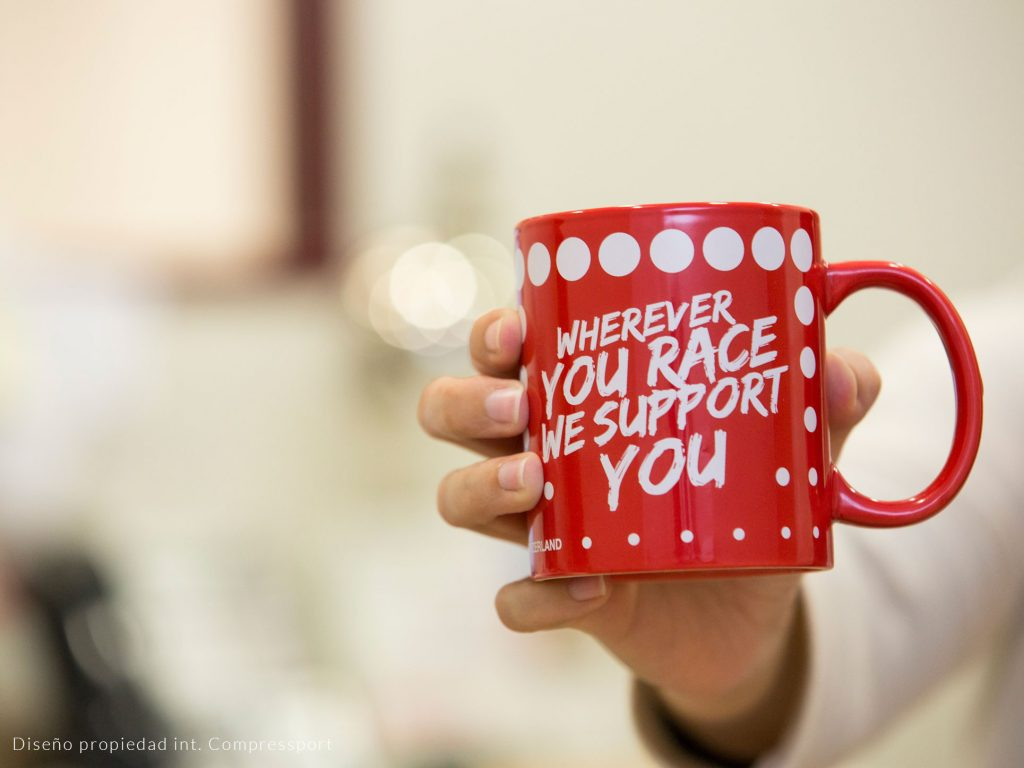 Tazas de cerámica roja con marcaje en blanco