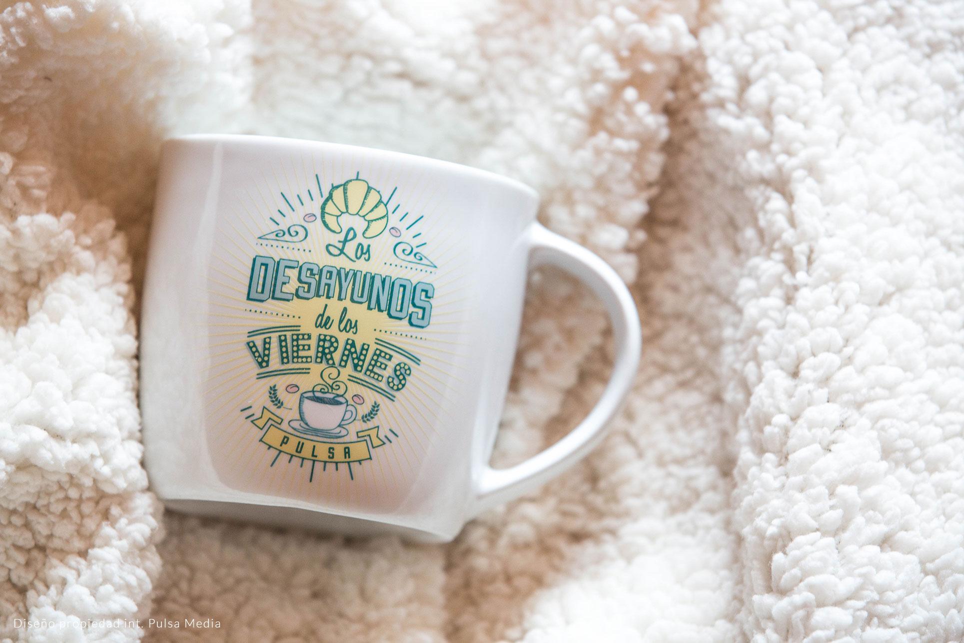 imagen de taza de porcelana blanca personalizada mediante calcomanía vitrificable